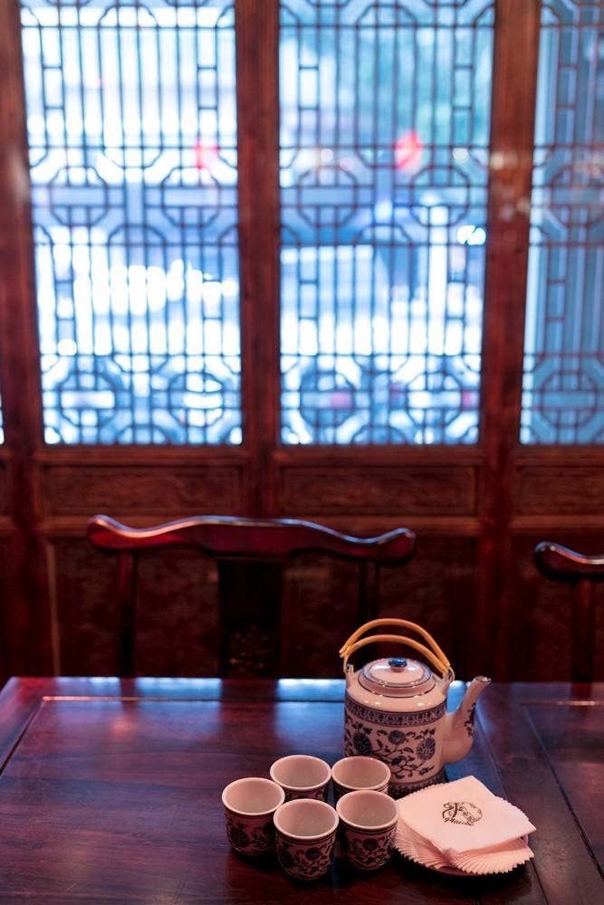 青瓷茶壺,特別有客棧風情。