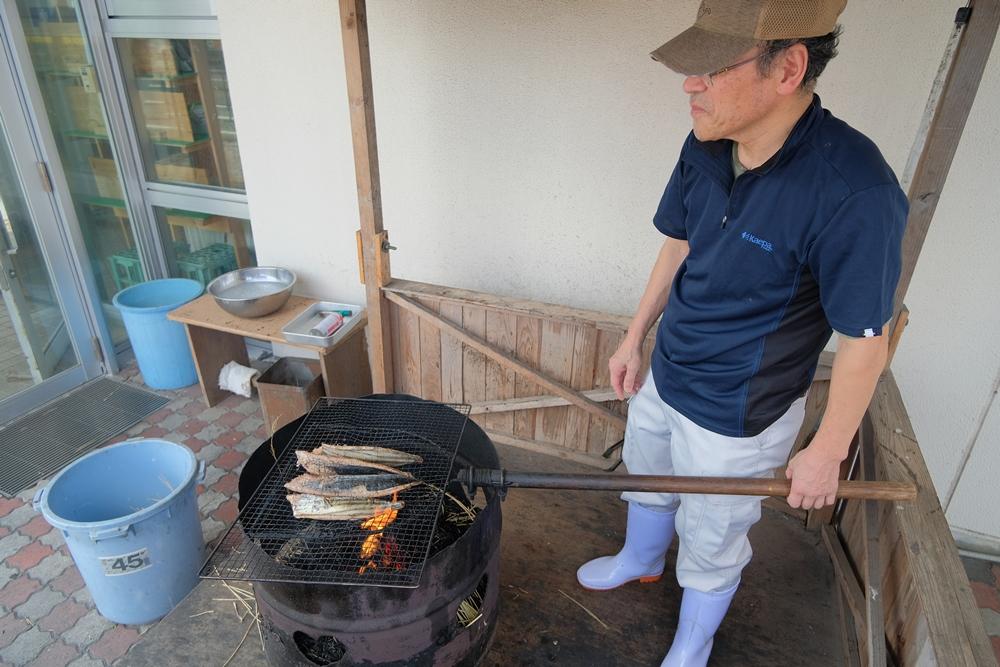 看師傅示範烤魚