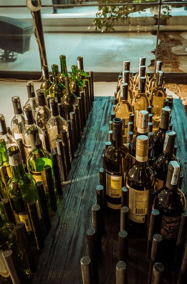 老舊的紅酒瓶仿彿重返昔日法國的葡萄酒莊園