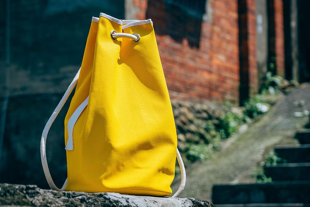 L/UNIFORM N°5鮮黃行李袋/想看更多買物報導請關注大人的美好時光/旅人誌