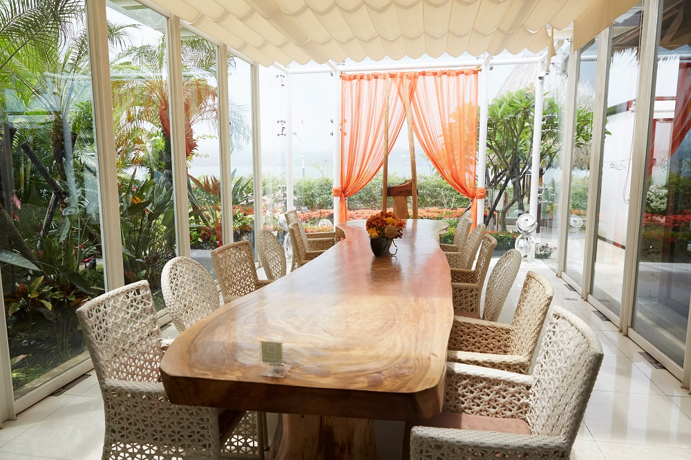 室內用餐區/淺色籐編椅/水灣BALI景觀餐廳/新北八里/臺灣