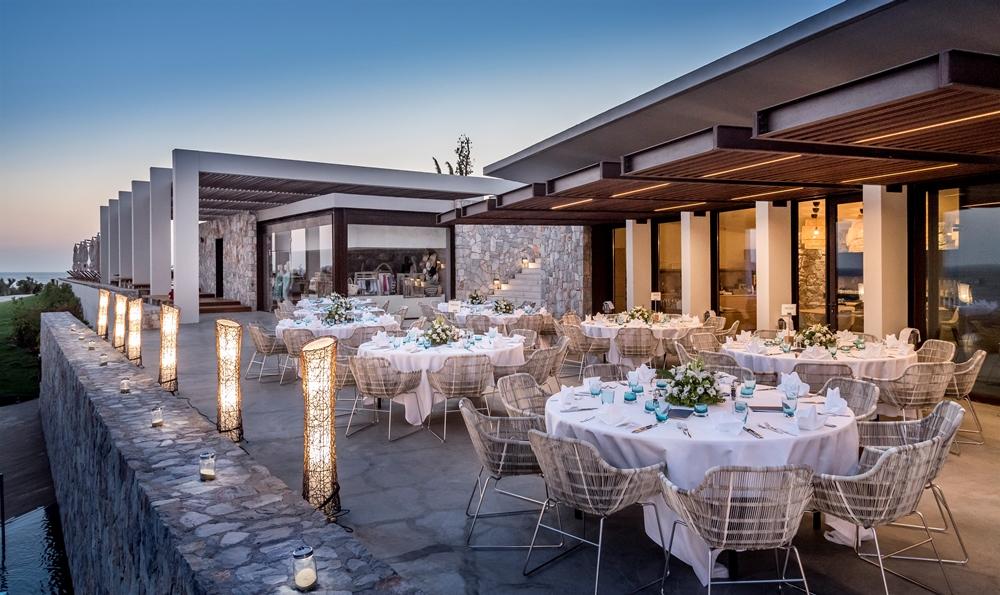 夜晚品嚐道地的地中海料理,度過浪漫海景生活。