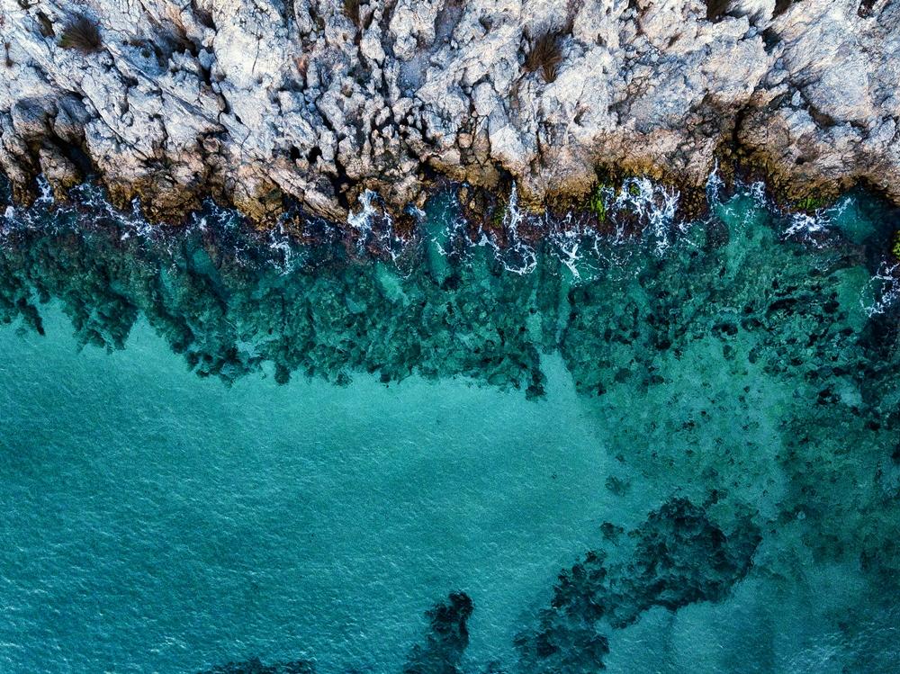 走訪渡假村的三處私人海灘,白淨海灘與成綠松色的澄澈海面相融。