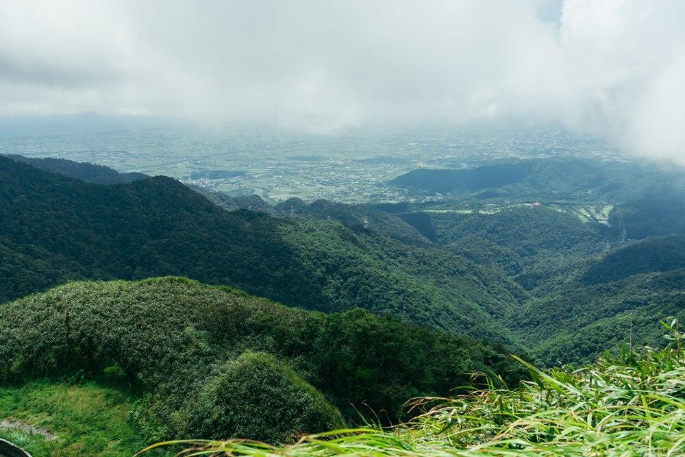 在三角崙山頂回望山莊和觀景平台