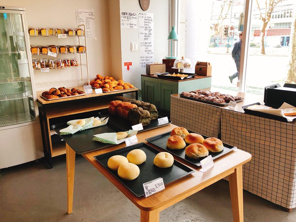 韓國/釜山旅遊/Hwa 製果/美食推薦/西面站/釜山麵包/紅豆奶油菠蘿/희와제과