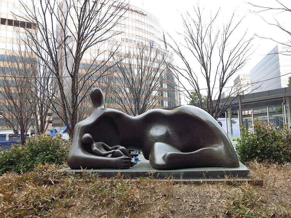 日本/福岡/博多/公共藝術/穿衣橫臥的母與子