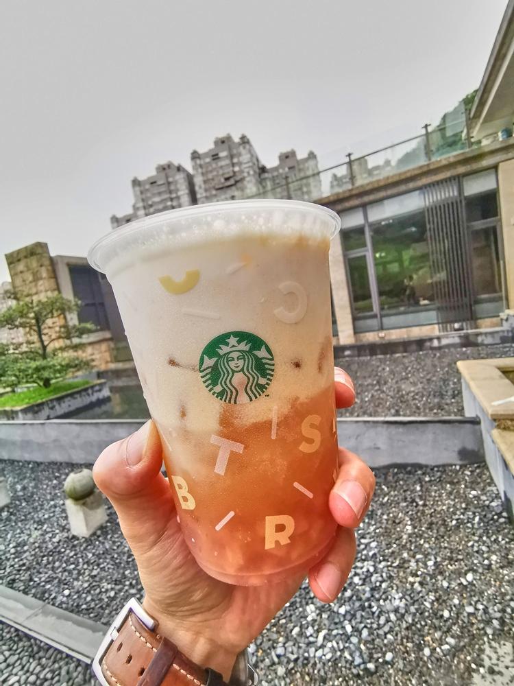 雲朵蜜桃冰搖茶/咖啡店店內/星巴克