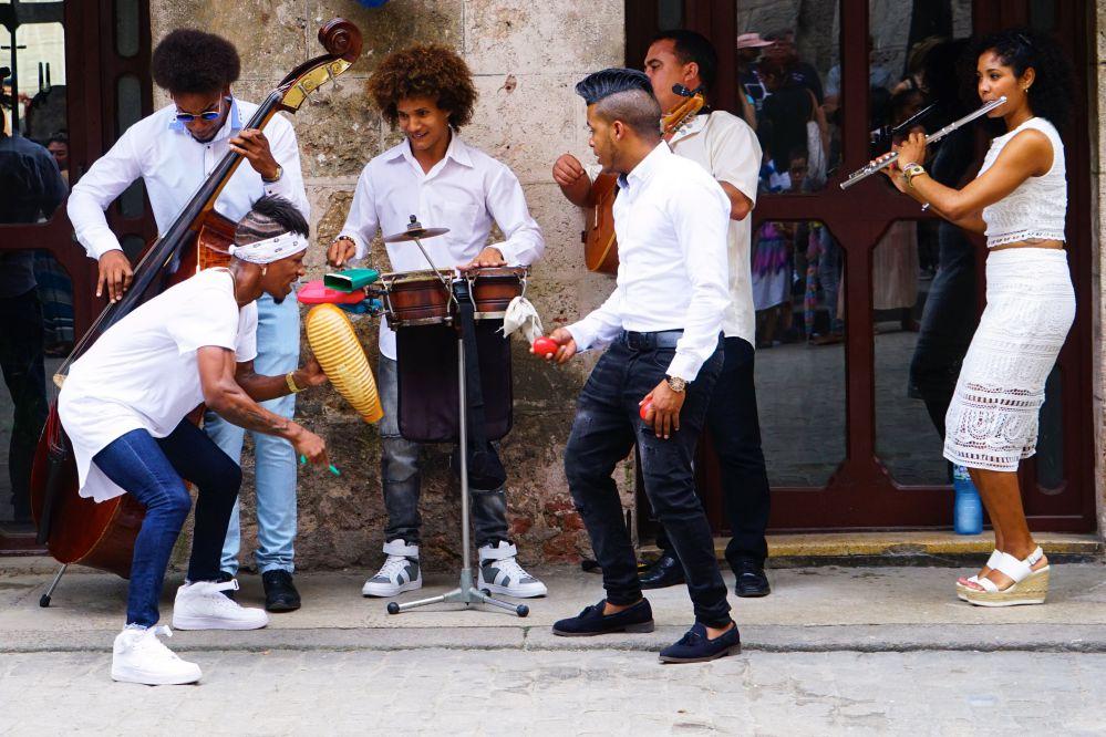 古巴旅遊漫步街頭隨處可看見的街頭表演
