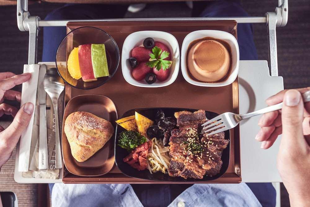 經濟艙餐點燒肉名店「胡同燒肉」的醬燒豬五花丼/星宇航空/好想出國飛行假期