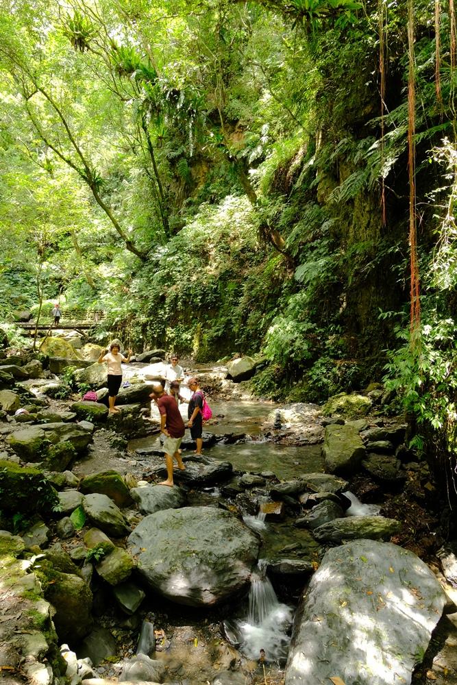 在林美山石磐步道踏溪的遊客