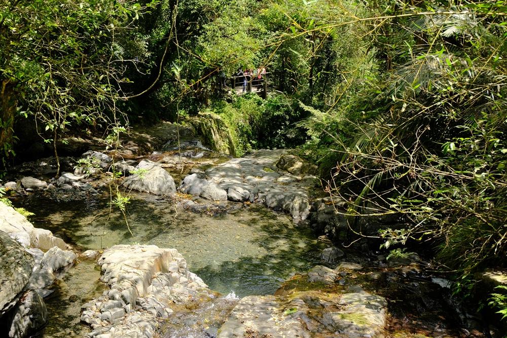 石磐瀑布後方的四稜砂岩