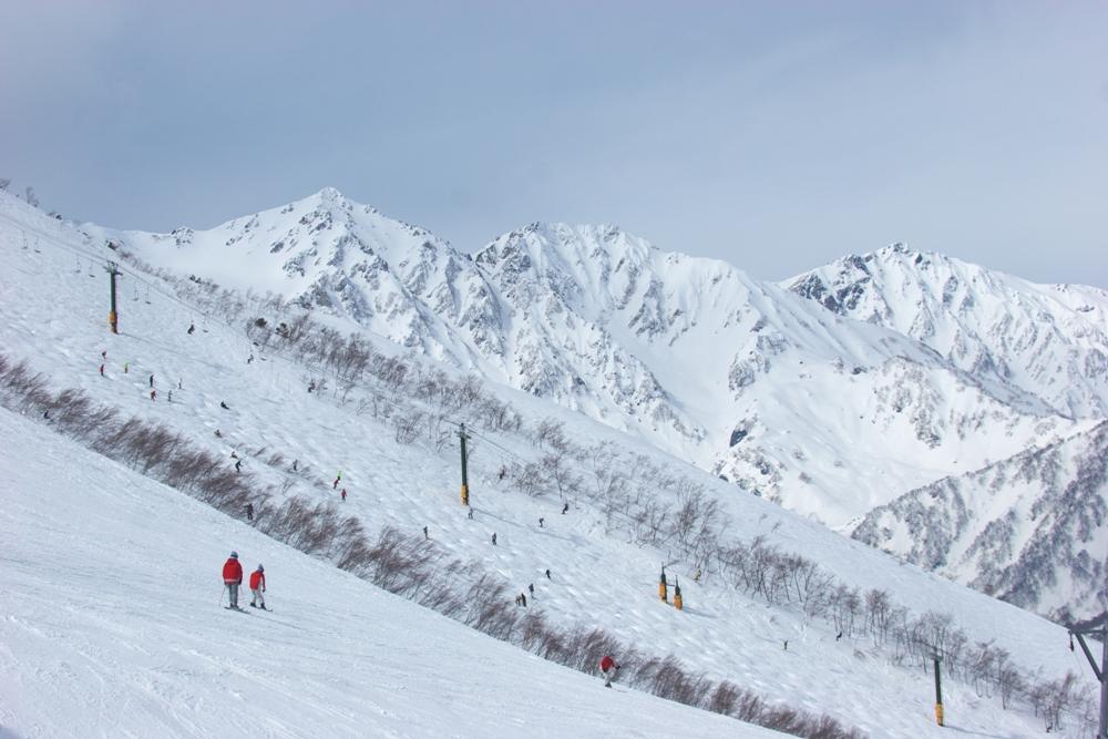 日本長野縣的白馬八方尾根滑雪場湛藍天空相連著白雪覆蓋的壯麗山麓